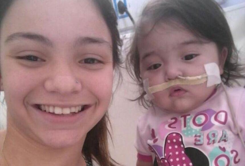 Alice tem 16 anos e cuida de Maryáh há 1 ano dentro de hospital. (Foto: Arquivo Pessoal)