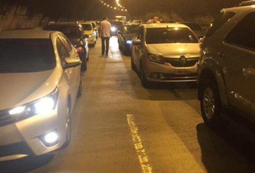 Motoristas tiveram que sair dos carros no Túnel Rebouças Reprodução Facebook