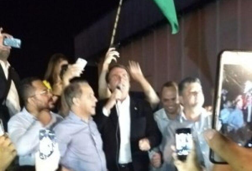 Jair Bolsonaro fala com público que o recepcionou no Aeroporto Internacional de Campo Grande - Foto: Tavane Ferraresi/Correio do Estado