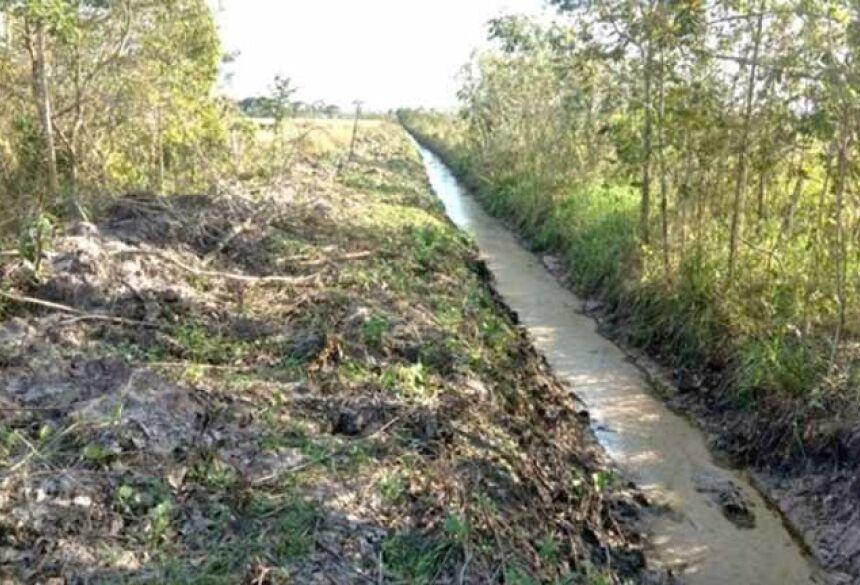 Policiais constataram a construção e ampliação de 1.200 metros de canais de drenos artificiais na propriedade - Foto: Divulgação/PMA