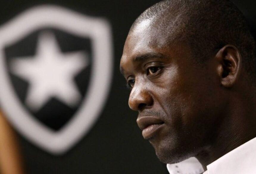 Seedorf, em janeiro de 2014, quando anunciou sua saída do Botafogo Foto: Rafael Moraes / Extra