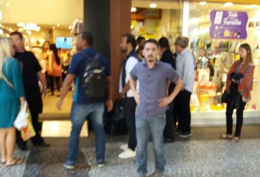 Roger Flores, de blusa branca e calça jeans, logo após a tentativa de assalto - Foto: Reprodução/G1