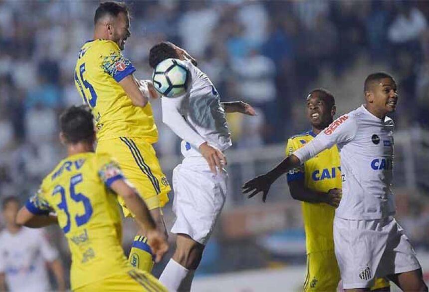Santos e Flamengo travaram duelo direto por posição no Pacaembu, com grande virada do Peixe
