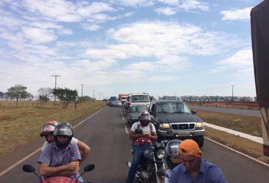 Bloqueio ocorre na MS-276, em frente ao Posto Tigrão, na saída de acesso aos estados de São Paulo e Paraná - Imagem: Márcio Rogério / Nova News