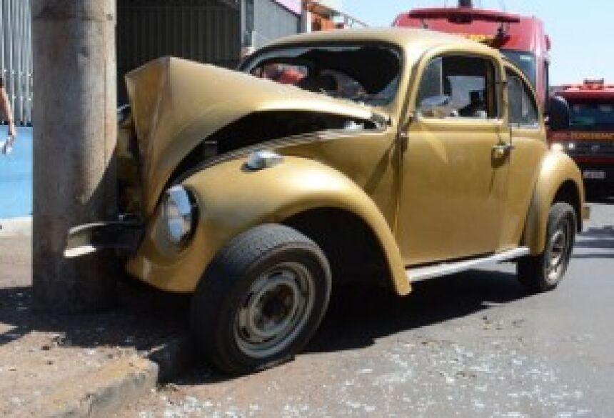 Condutor chocou o veículo contra o poste para tentar para-lo - Bruno Henrique/Correio do Estado