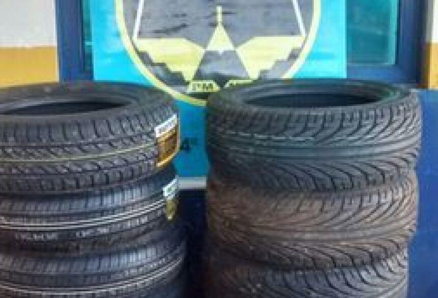 PMR apreendeu 14 pneus que estavam sendo transportados em uma carreta - Foto: Divulgação/PMR
