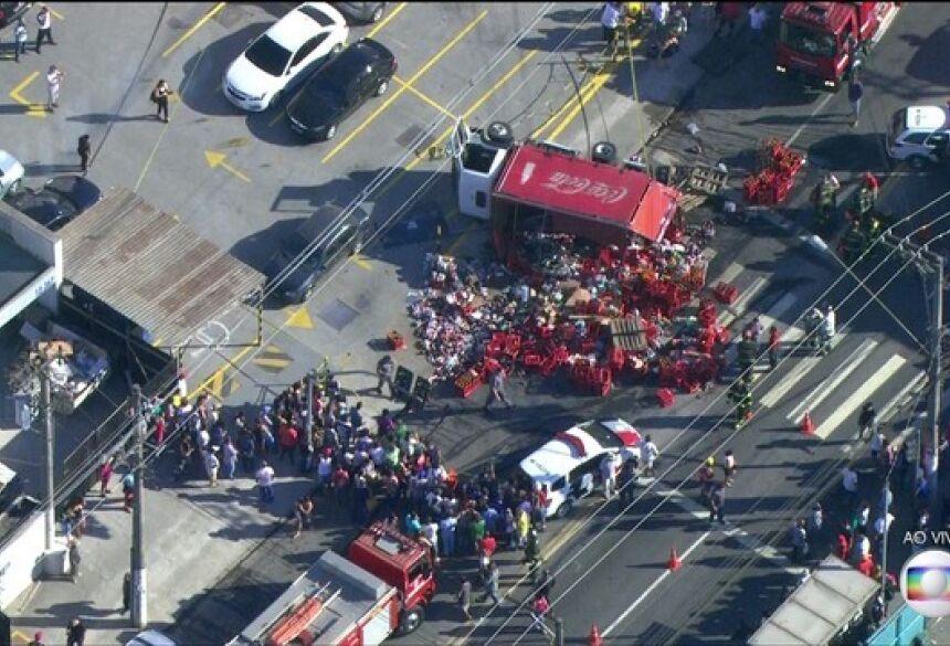 Caminhão de bebidas caiu sobre vítimas na Zona Norte de SP (Foto: Reprodução/TVGlobo)