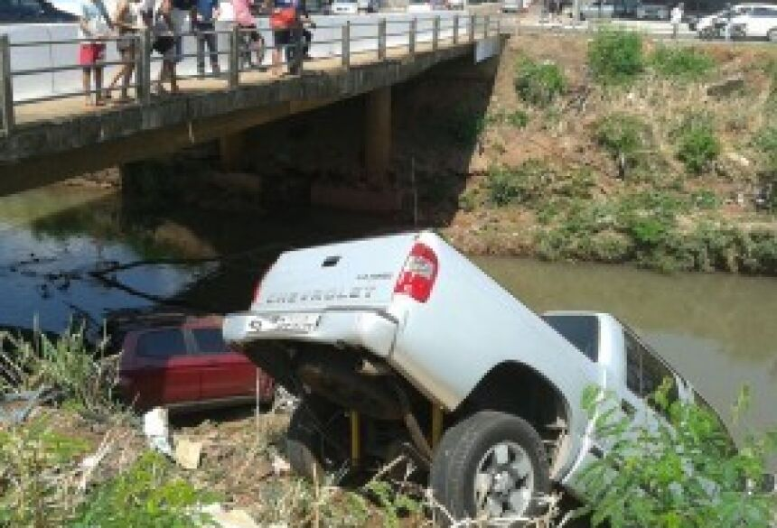 Caminhonete S10 caiu no córrego - Foto: Paulo Ribas/Correio do Estado
