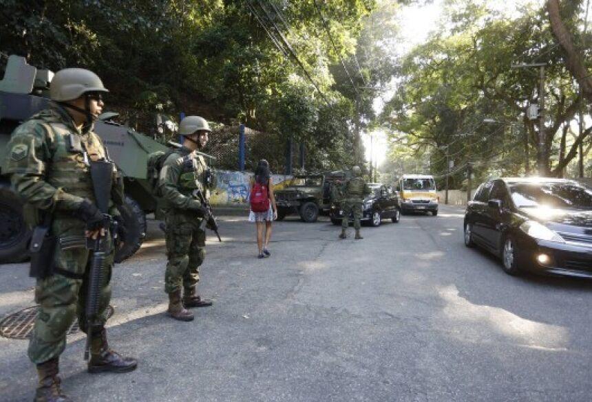 Homens das Forças Armadas na Estrada da Gávea Foto: Fabio Guimarães / Agência O Globo