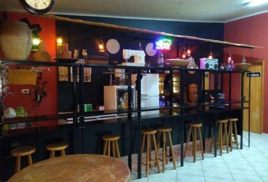 Um bar que parece respeitar a fé cada um.