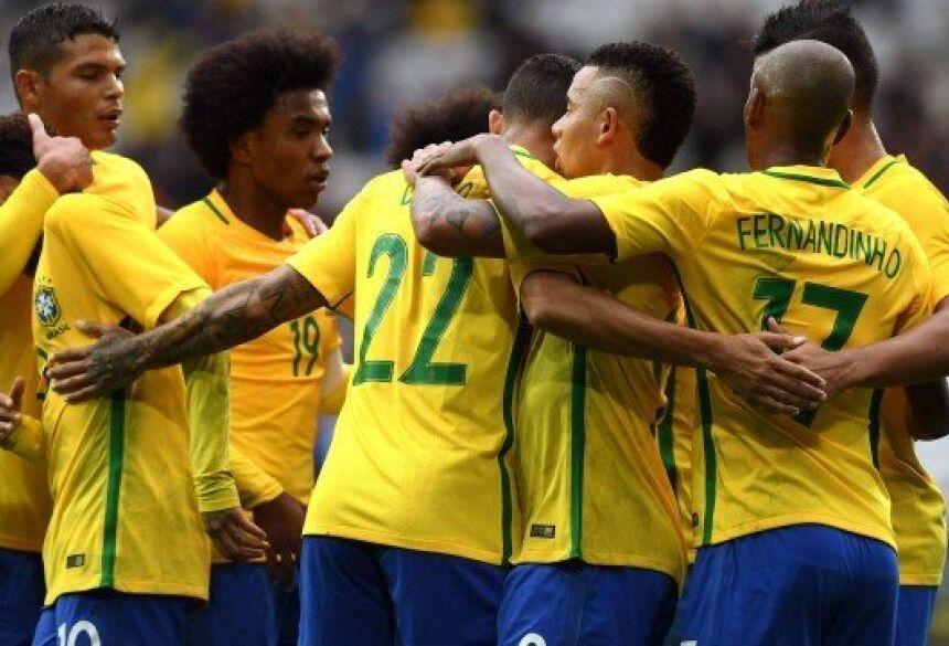 Jogadores comemoram o gol de Marcelo contra o Japão Foto: DENIS CHARLET / STF