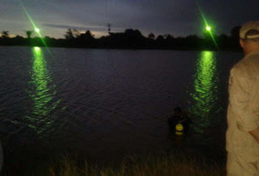 Bombeiros são acionados, jovem de 23 anos desaparece no lago<br>da Orla em Fátima do Sul