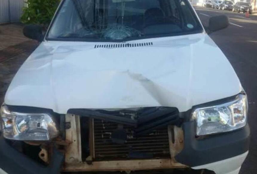 Fiat Uno branco foi danificado com a batida. Foto: Thatiana Melo