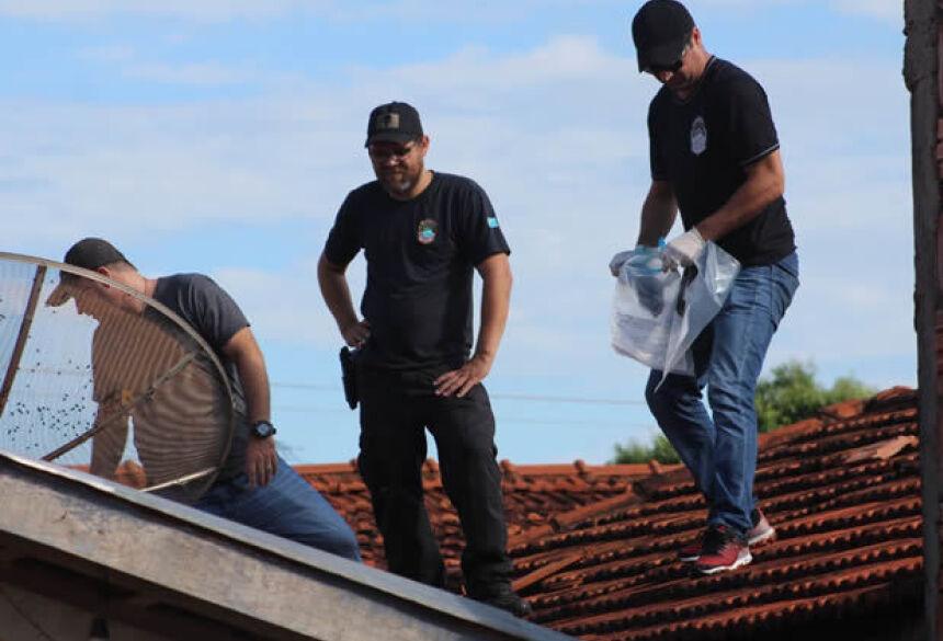 Investigadores em cima da residência - Foto: Luis Gustavo/Jornal da Nova