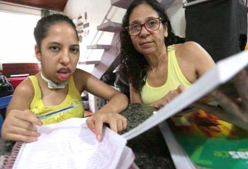Enquanto não tem acompanhamento de professores, Rafaela tem aulas dadas pela mãe, Antônia Valéria Foto: Cléber Júnior / Agência O Globo