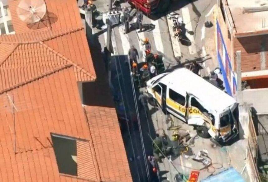Crianças ficam feridas após acidente entre caminhão e van escolar em Carapicuíba - Reprodução/GloboNews