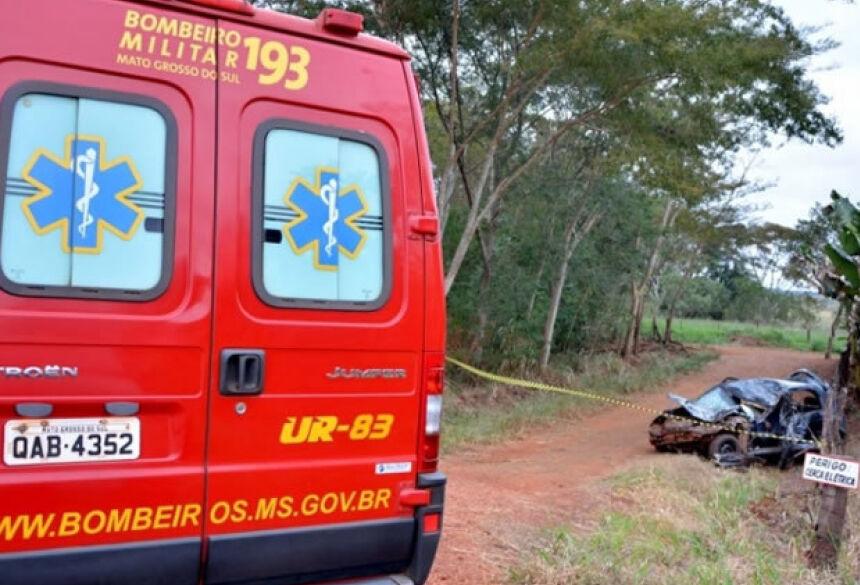 Equipe do Corpo de Bombeiros foi acionada, porém ao chegar ao local o motorista já estava sem sinais vitais (Foto: Ribero Júnior / MS 24h)