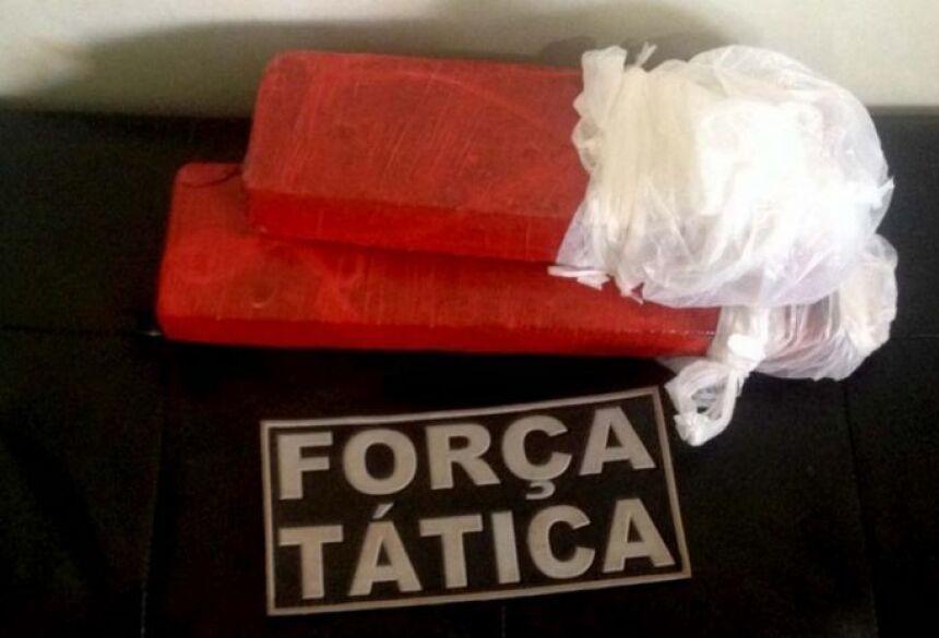 Foram apreendidos pelos Policiais da Força Tática dois tabletes de maconha, que totalizaram quase 2kg