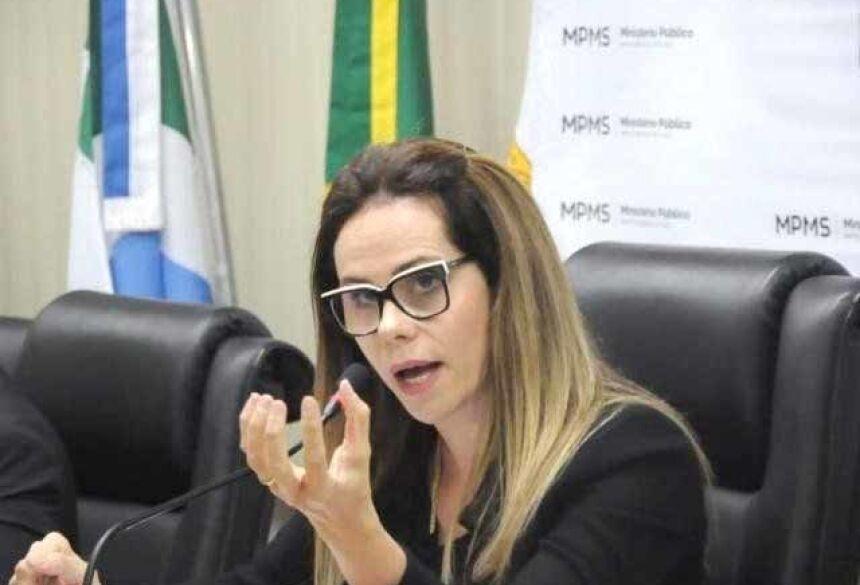 Coordenadora do Gaeco, Cristiane Mourão, explicando como funciona o esquema criminoso