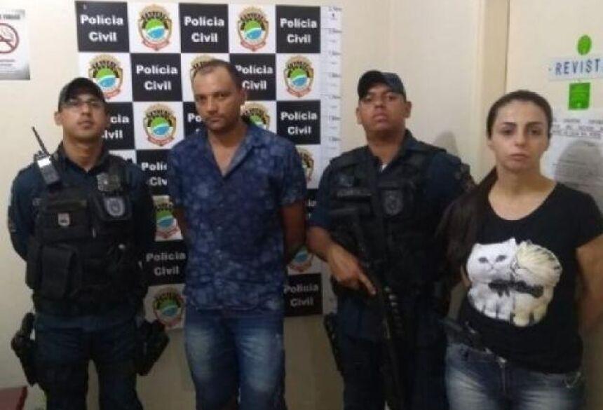 De camisa azul ao centro, o suspeito, cercado pelos policiais. - Crédito: (Jornal da Nova)