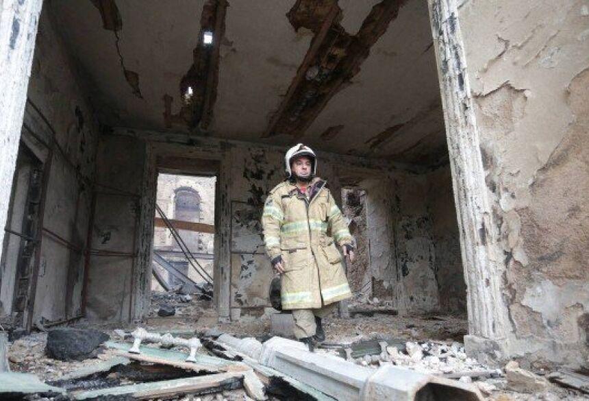 Bombeiro dentro do Museu Nacional após incêndio Foto: Marcio Alves / Marcio Alve