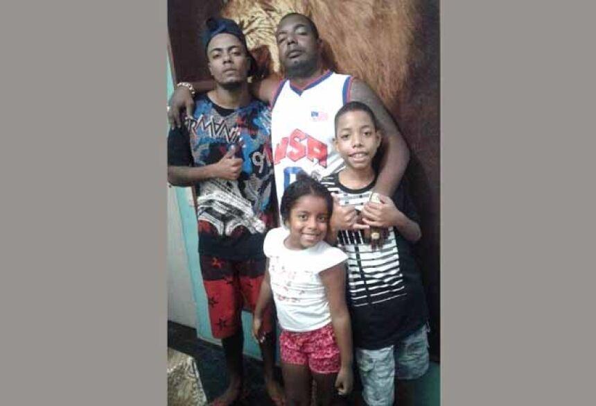 Naldinho e três dos dez filhos: dificuldades financeiras Foto: reprodução/facebook