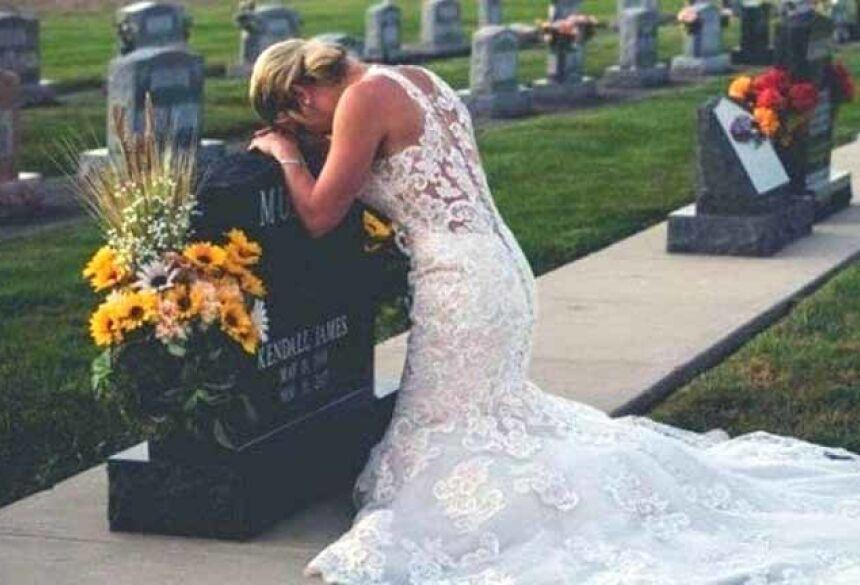 Jessica ajoelhada diante do túmulo do noivo Foto: Reprodução/Facebook(Loving Life Photography)