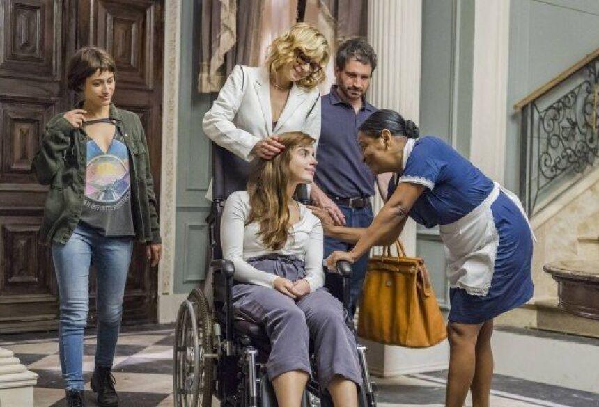 """Rochelle chega em casa de cadeira de rodas em """"Segundo sol"""" Foto: Paulo Belote/Rede Globo/Divulgação"""