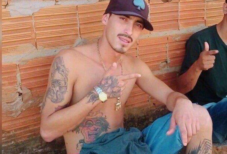 Edgar foi morto esfaqueado e teve o corpo desovado e incendiado dentro de um Fiat Uno em estrada vicinal (Foto: reprodução/Facebook)