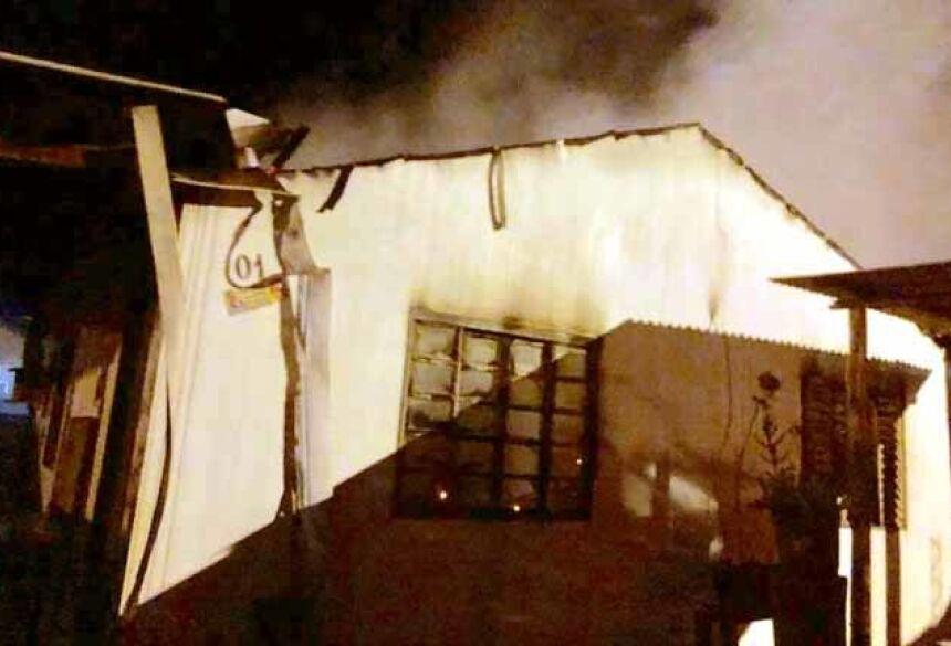 Propagação rápida das chamas assustaram vizinhos em incêndio supostamente criminoso - Foto: Nova News