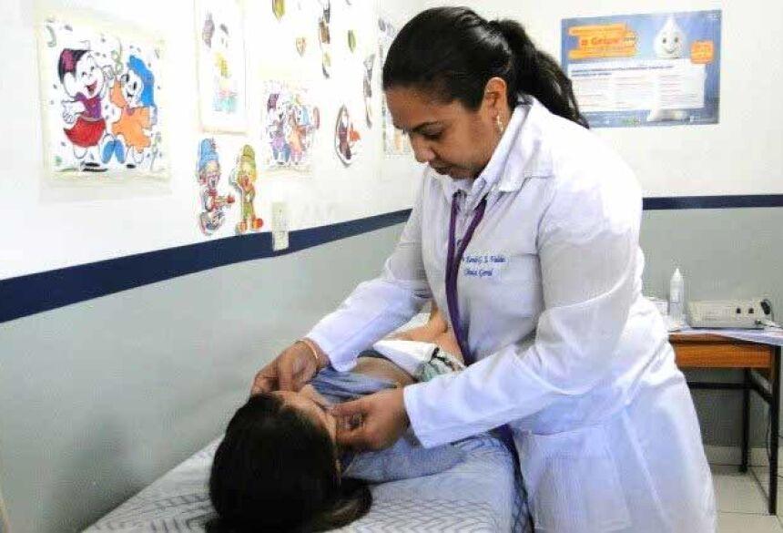Médica cubana durante atendimento em Dourados Foto: Hedio Fazan/arquivo