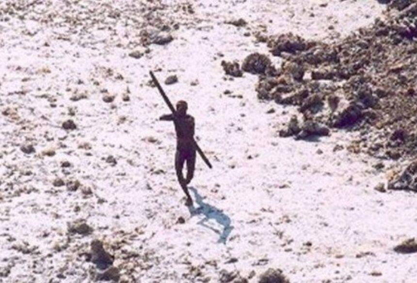 Indígena isolado aponta arco e flecha a 'intruso' em ilha remota do Índico Foto: Reprodução