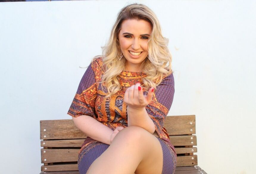 Cantora Ana Karla inaugura nova fase na carreira com a música Desistente