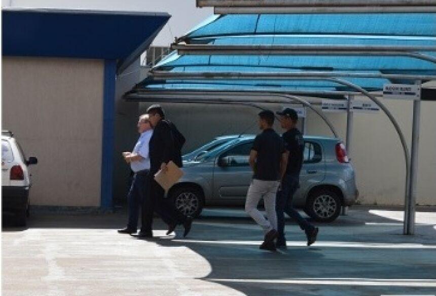Momento em que Idenor Machado chega na Câmara acompanhado de policiais - Crédito: Gizele Almeida/Dourados News