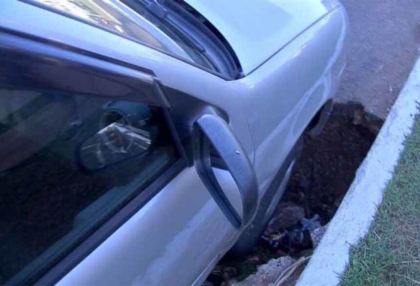 Carro caiu em buraco em avenida de Campo Grande — Foto: Reprodução/TV Morena