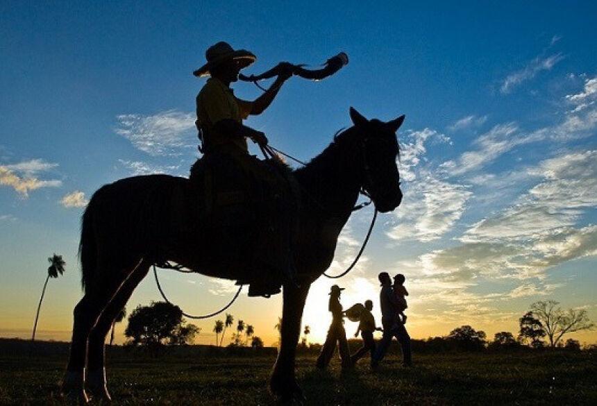 Tocador de berrante no pôr-do-sol sul-mato-grossense (Foto: Divulgação)