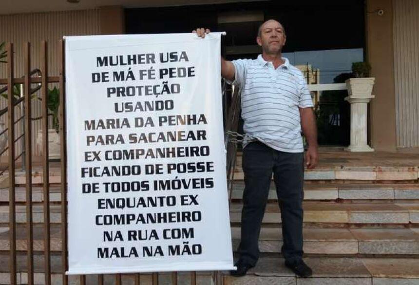 Homem se acorrentou em frente ao Fórum - Crédito: Osvaldo Duarte/Dourados News
