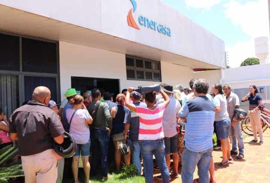 Moradores se reuniram em protesto pacífico em frente a Energisa Fotos: Flávio Verão