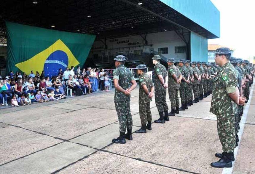 Militares na solenidade antes da partida para a missão. - Foto: Valdenir Rezende/Correio do Estado