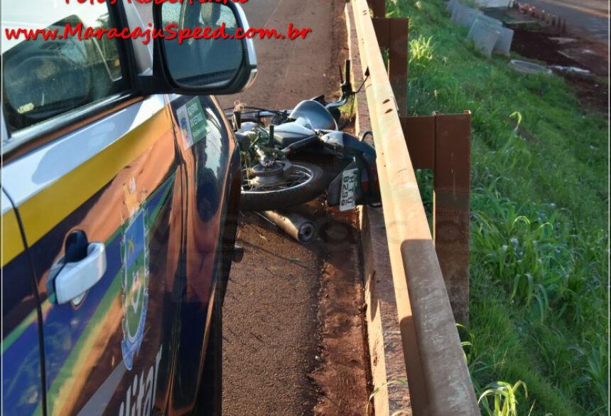 Corpo da vítima fatal ficou embaixo da proteção metálica. / Foto: Robertinho