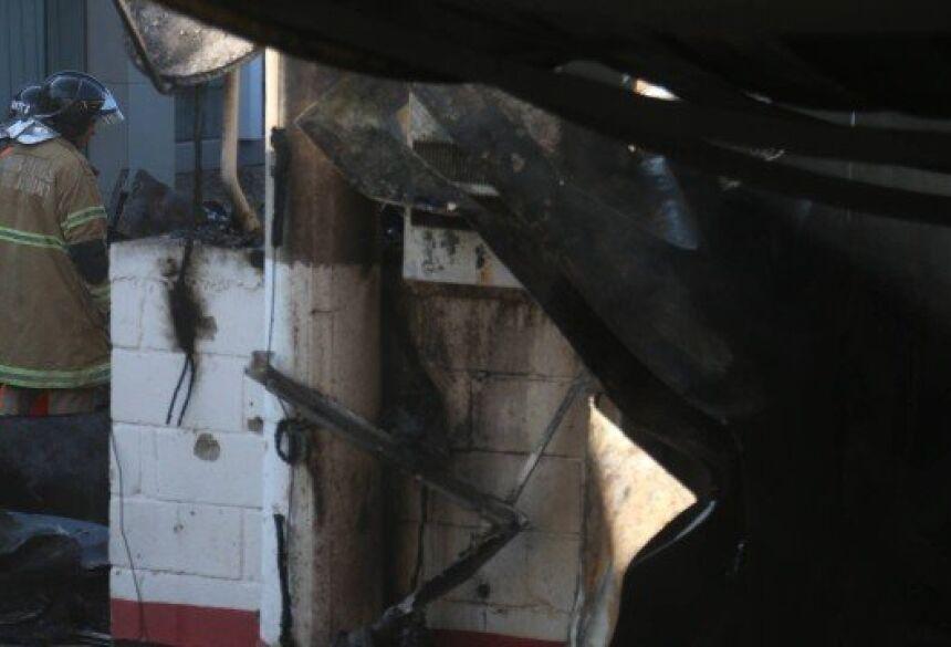 Incêndio deixa dez mortos no alojamento da base do Flamengo no Ninho do Urubu. Na foto, bombeiros vasculham os escombros de parte do alojamento. Foto: Fabiano Rocha