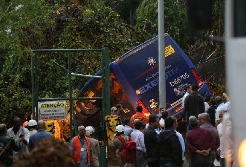 Bombeiros tentam resgatar vítimas de ônibus que foi soterrado na Avenida Niemeyer Foto: Marcia Foletto / Marcia Foletto