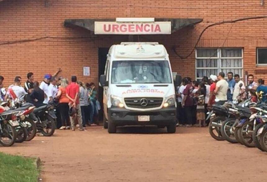Ambulância com feridos em atentado logo após chegar ao pronto socorro (Foto: Porã News)