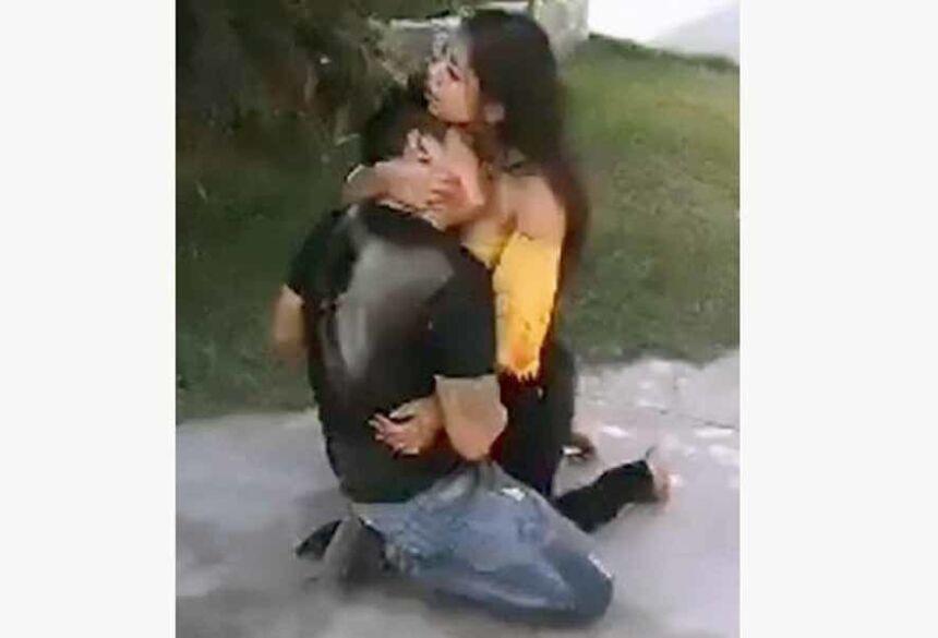 Sonia abraçada a Erick após esfaqueá-lo Foto: Reprodução