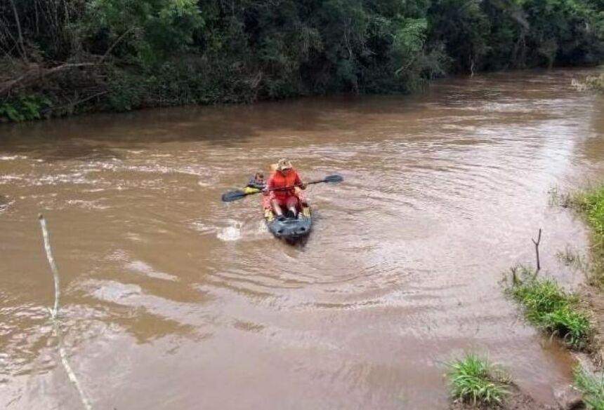 Integrante do Corpo de Bombeiros de Caarapó durante busca no Rio Piratini. Foto: CB de Caarapó