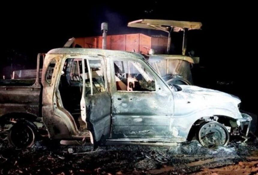 Caminhonete e trator queimados por terroristas paraguaios em uma fazenda perto da fronteira (Foto: ABC Color)
