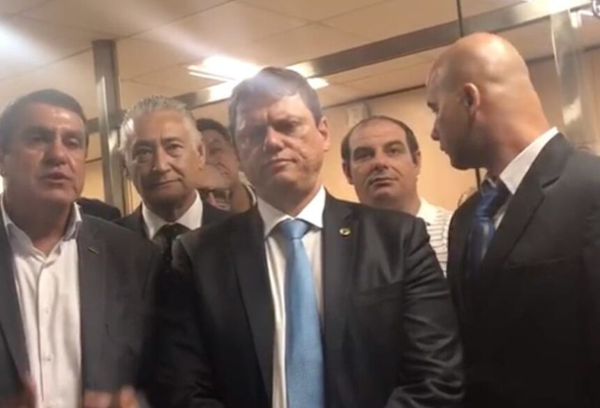 O ministro da Infraestrutura, Tarcísio Freitas (centro), em vídeo no qual anuncia o acordo com os caminhoneiros