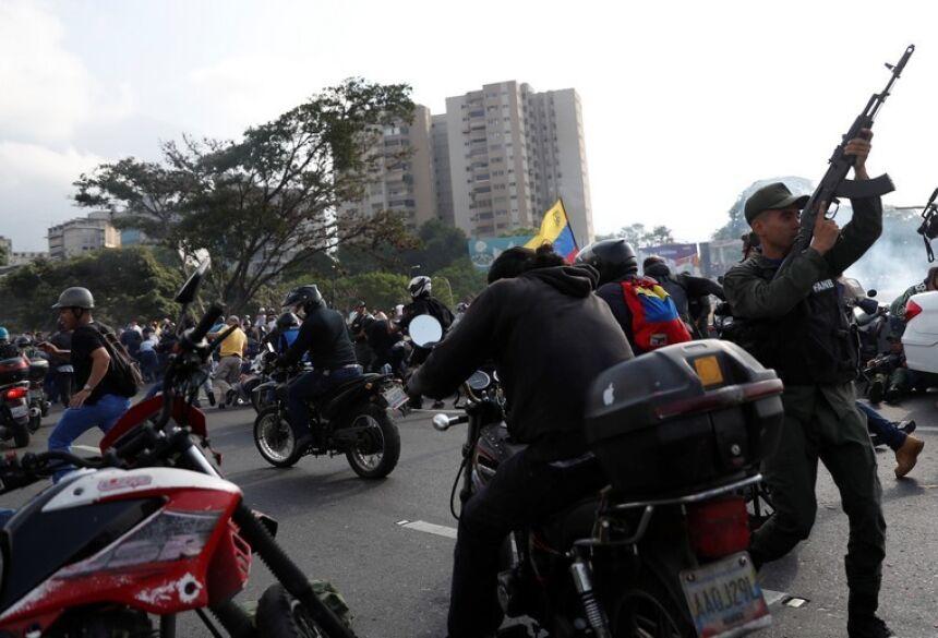 Caracas vive dia de extrema tensão com confrontos entre apoiadores de Guaidó e Maduro