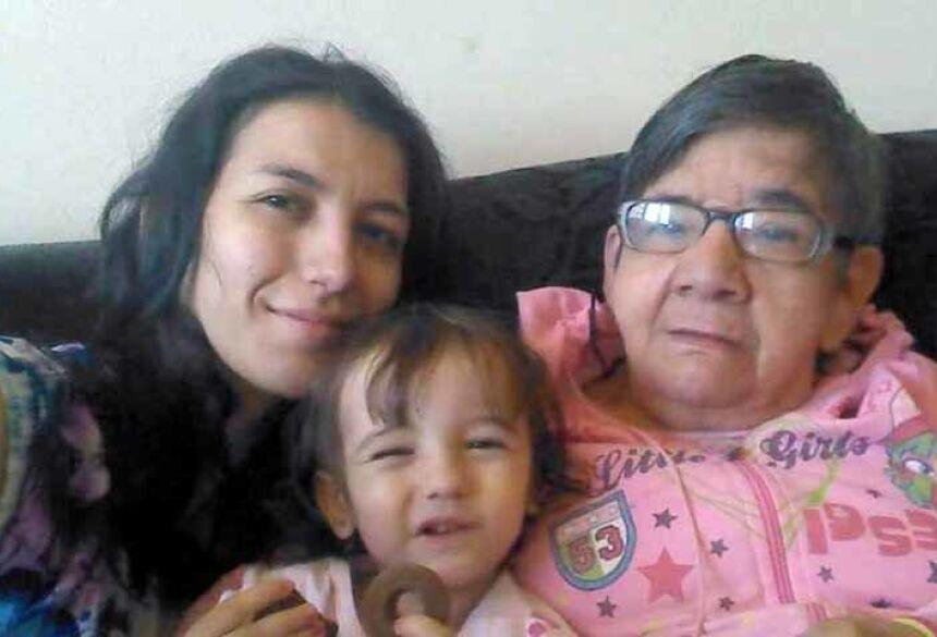 Gláucia, a filha Emily e Cotinha: Família acolheu a idosa após hospital onde ela morava ter fechado as portas / Foto: Acervo pessoal / BBC News Brasil