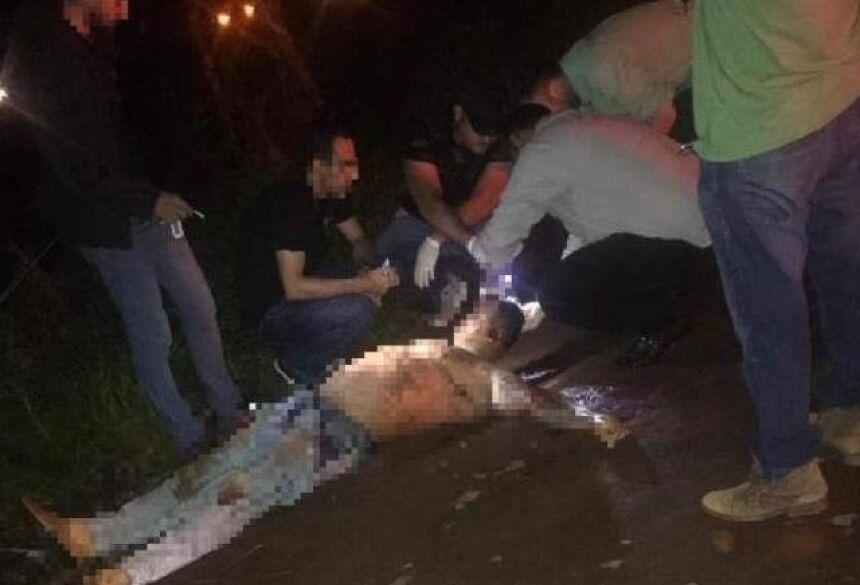 Peritos e investigadores fazendo os levantamentos no local do crime. (Ponta Porã News)